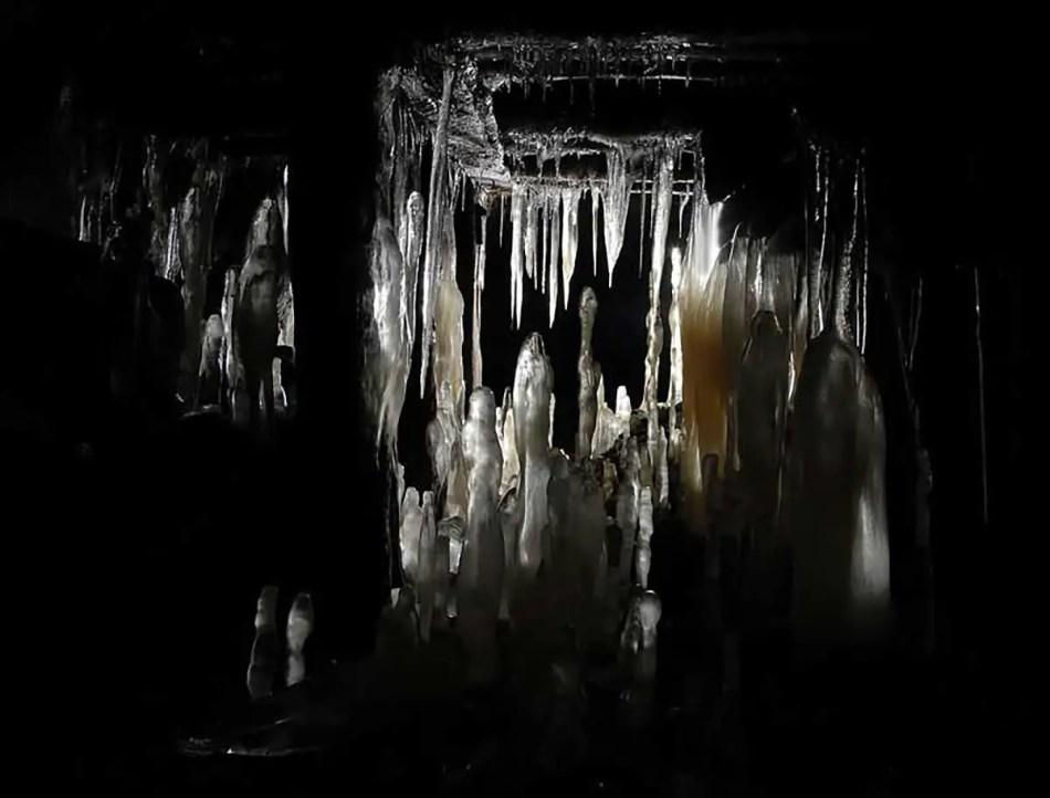 Formaciones cristalinas de estalactitas y estalagmitas dentro de la mina abandonada de Slyudorudnik.
