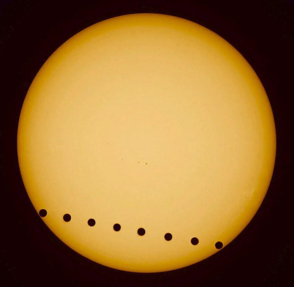 Fotografía a través del tiempo del tránsito de Venus por el sol.