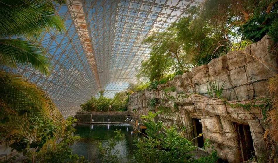 Detalle del interior y del techo de uno de los biomas hallados en Biosphere 2.