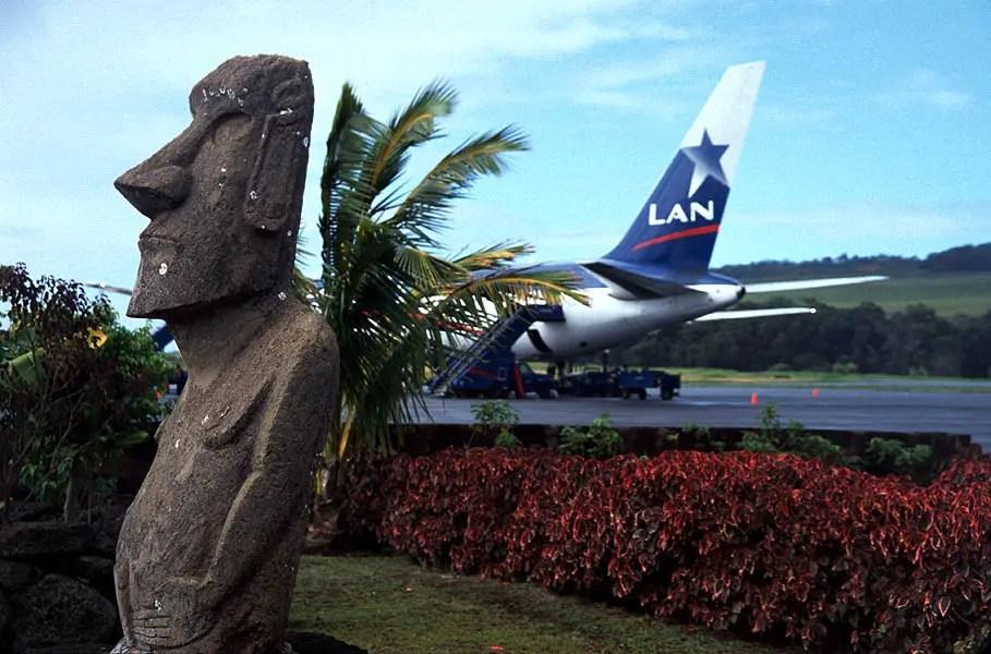 Avión de LATAM (antiguamente llamada LAN Chile) en preparación en la pista del aeropuerto internacional más remoto del mundo.