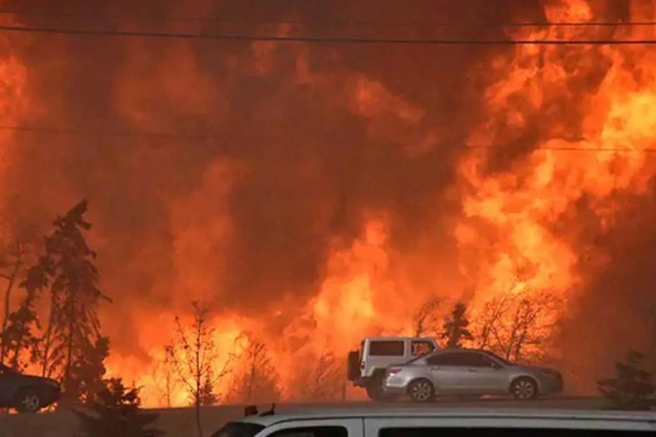 Automóviles intentado escapar del incendio con el fuego a unos pocos metros.