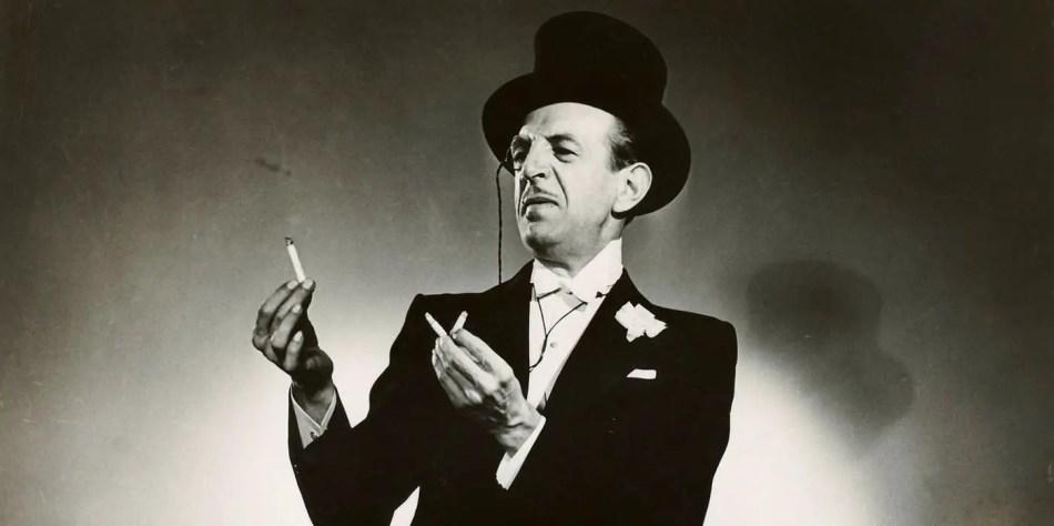 Cardini y su acto en el cual utilizaba cigarrillos.