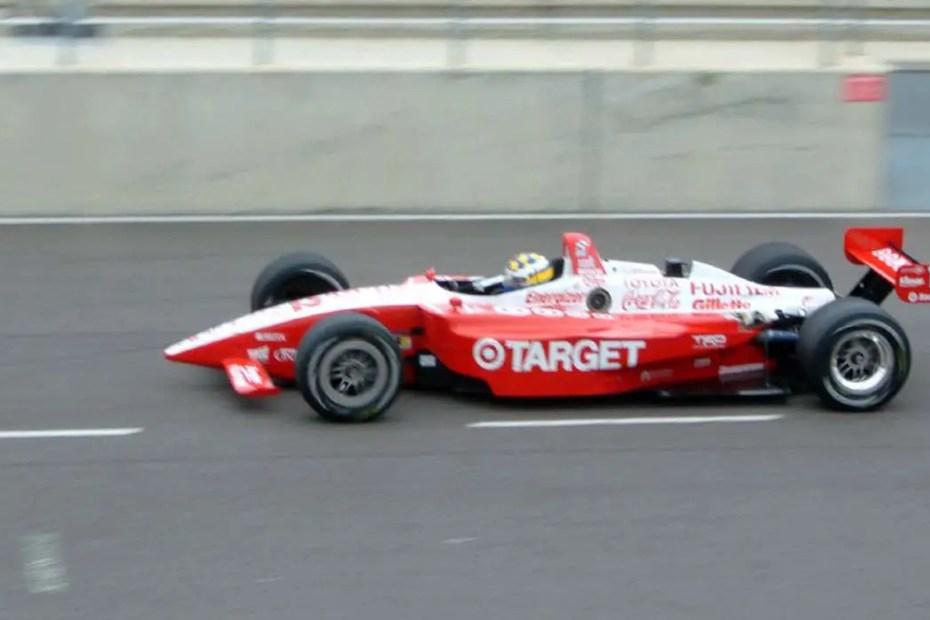 El piloto sueco Kenny Bräck conduciendo su vehículo durante una carrera.