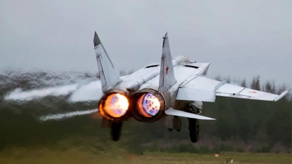 Un mítico MiG-25 a punto de despegar.