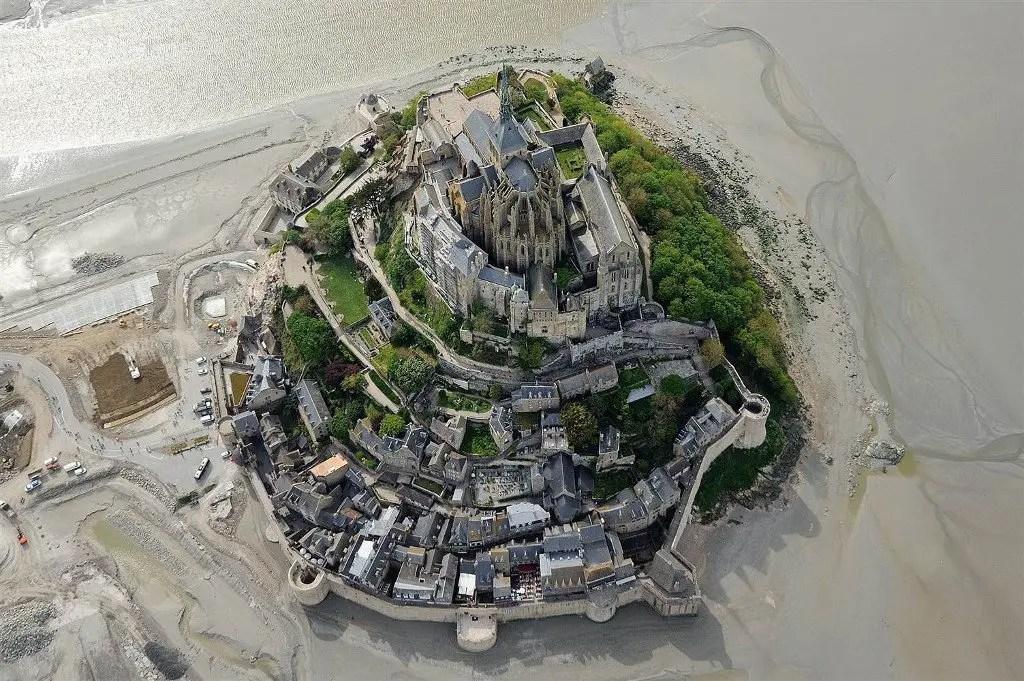 Vista aérea del Monte Saint-Michel durante la temporada de marea baja.