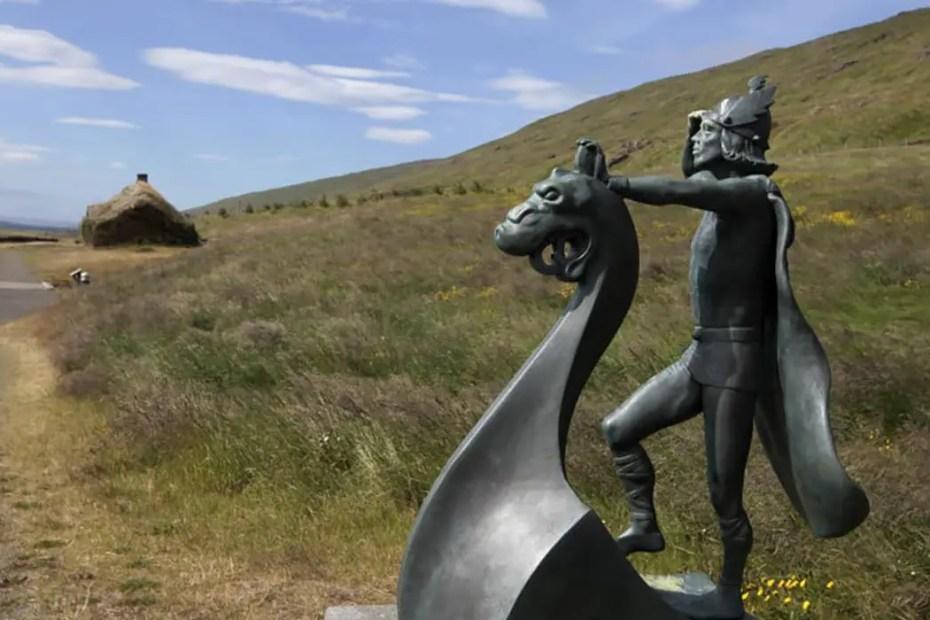 Monumento de la llegada de los vikingos al oeste de Islandia.