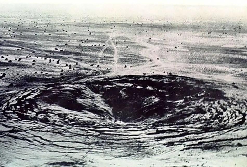 Cráter dejado por la bomba nuclear detonada en Orenburg.