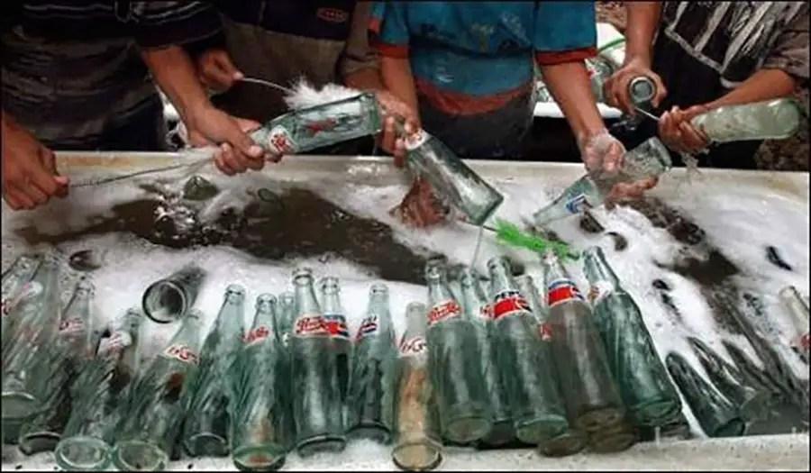 Proceso de limpieza de las botellas de Pepsi clandestina.
