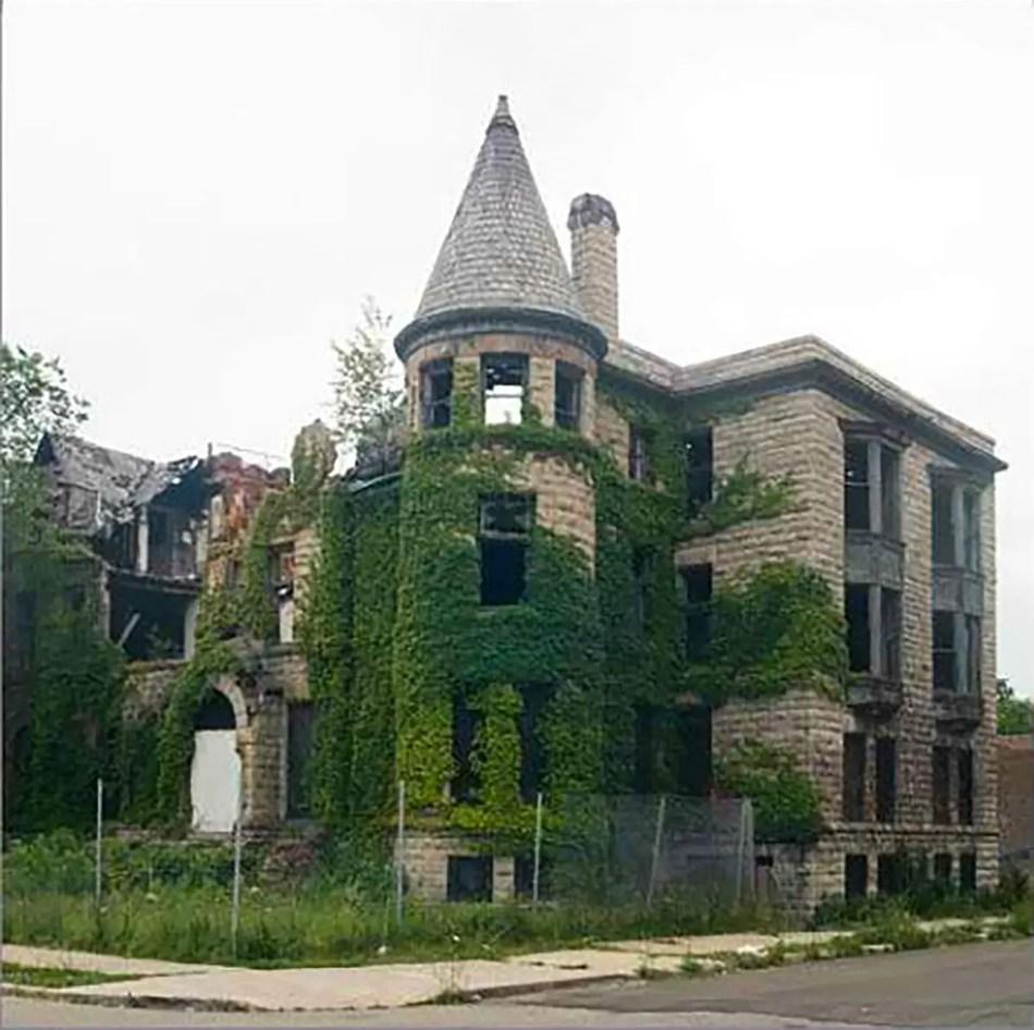Casas de Detroit siendo devoradas por la vegetación.