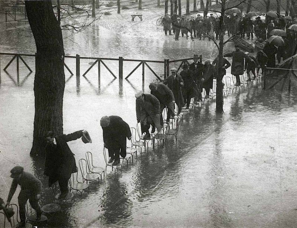 Un puente de sillas utilizado por los parisinos durante la Gran Inundación de París de 1910.