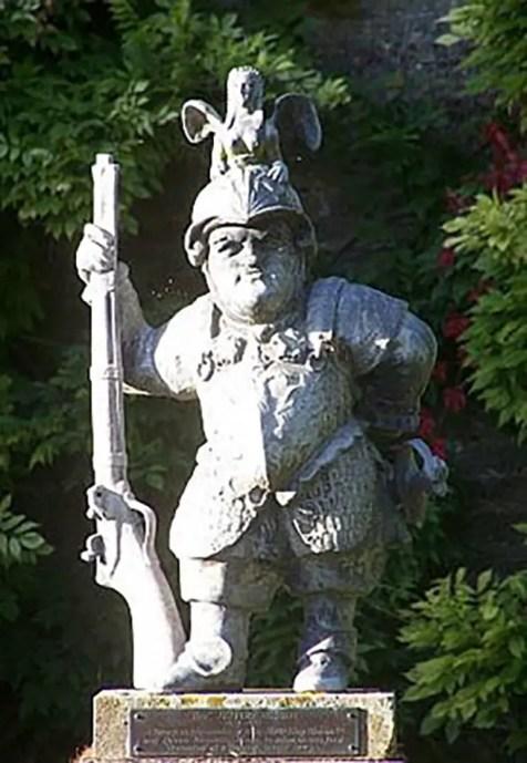 Estatua de Lord Minimus sosteniendo un mosquete.