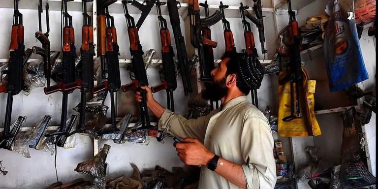 Vendedor de armas en el mercado de Durra, Afganistán.