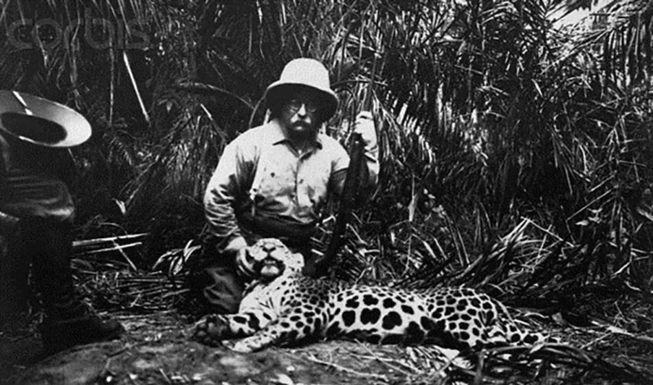 Roosevelt posando junto a un leopardo