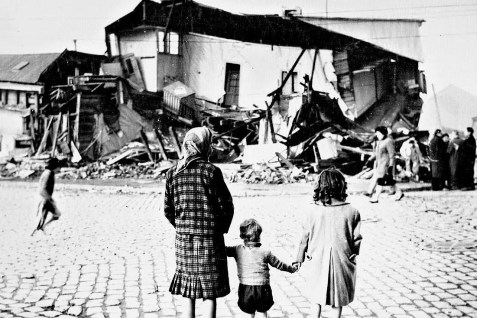 Una familia viendo la destrucción de su ciudad.