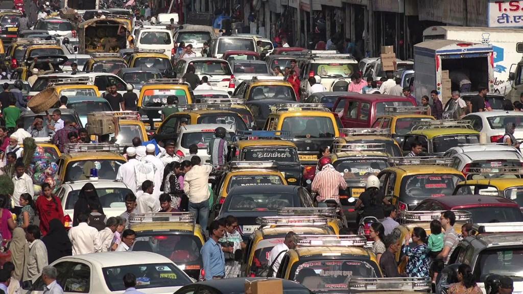 Conductores en la India, uno de los tráficos más caóticos del mundo.