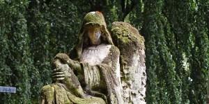 Detalle de la tumba sin rostro del cementerio de Brugge.