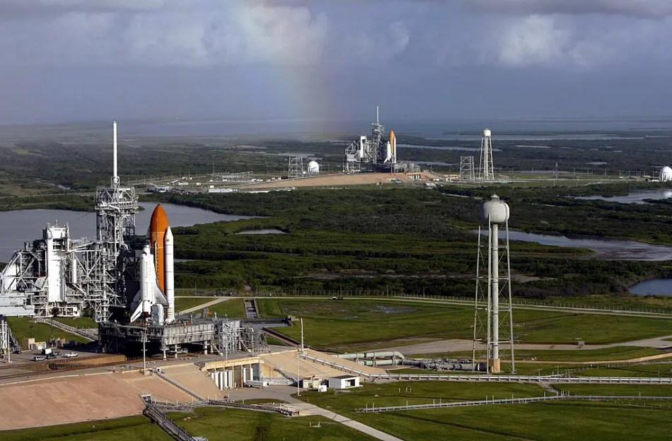 Los transbordadores Atlantis y Endeavour preparados para su lanzamiento durante la misión STS-125.