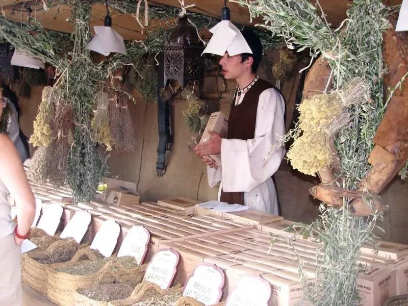 Vendedor de especias e hierbas en el mercado medieval de Alcalá.
