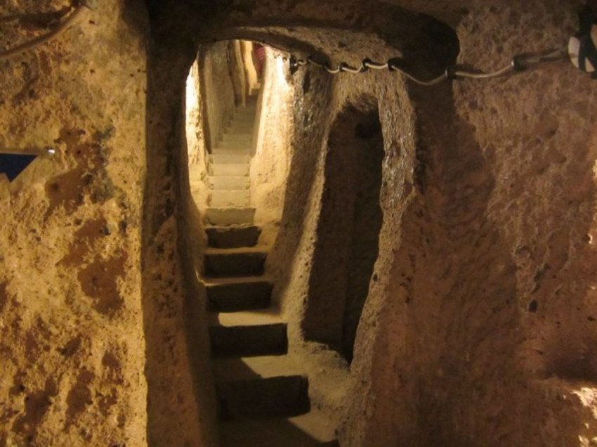 Una de las tantas escaleras talladas completamente en la roca en la ciudad de Kaymakli. Esto es muy común en todas las ciudades subterráneas.
