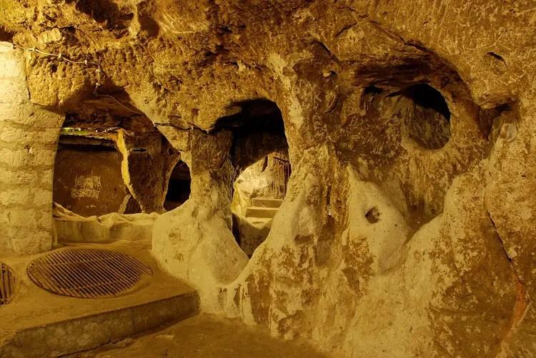 Detalle del interior de la ciudad subterránea de Derinkuyu en Turquía.