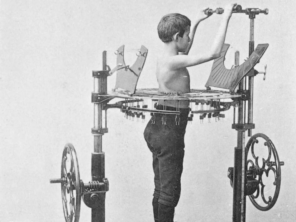 Máquina diseñada para ejercitar los laterales de la espalda.