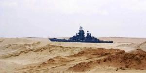 Barco transitando a través del canal de Suez.