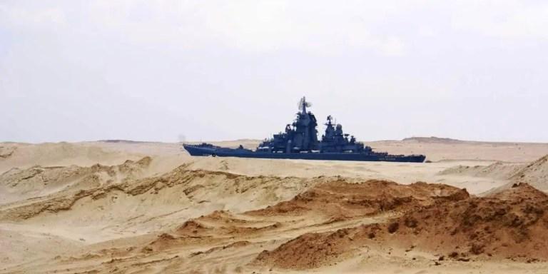 La ilusión óptica de los barcos navegando en la arena del canal de Suez
