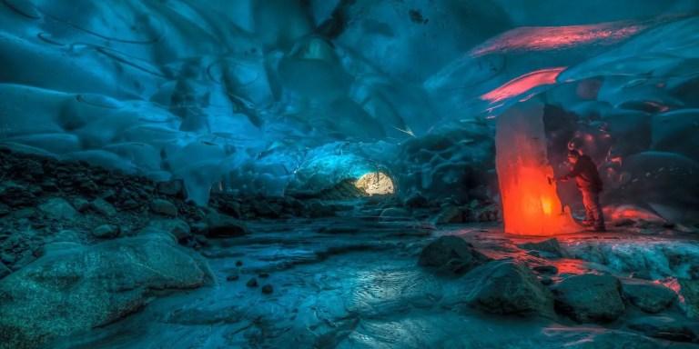Encendiendo bengalas dentro de cavernas glaciares, un espectáculo único