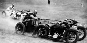 Carreras de carros romanos con motocicletas.