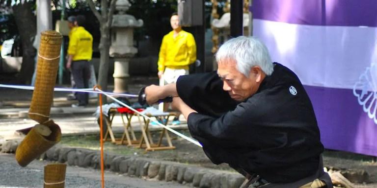 Capturando el corte de una katana samurai en cámara ultralenta