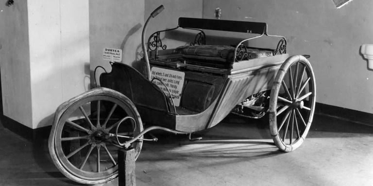 Duryea Motor Wagon como pieza de museo. Esta marca de automóvil estuvo involucrada en el primer accidente de tráfico de la Historia.