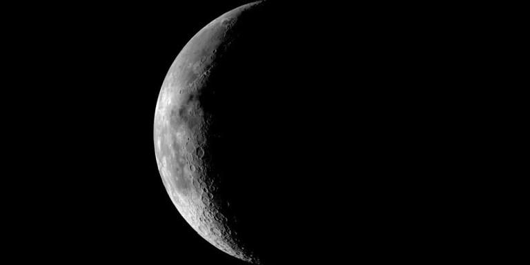 La luna durante la noche.