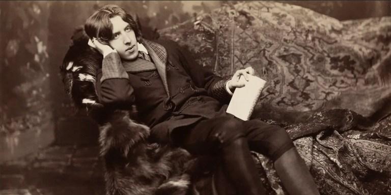 El escritor británicos Oscar Wilde descansando en una silla de piel en busca de la inspiración.
