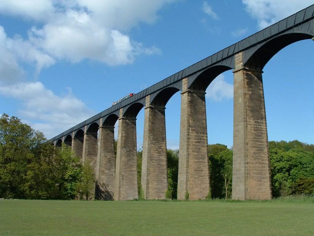 Vista del acueducto de Pontcysyllte desde su parte inferior.