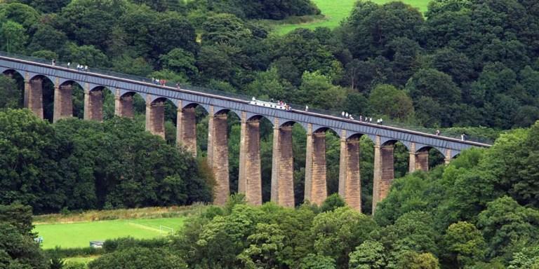 El asombroso acueducto de Pontcysyllte, un puente navegable en el noreste de Gales a 21 metros de altura por el cual transitan personas y barcos.