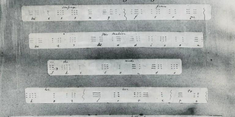 Primer mensaje de telégrafo: Esta línea fue escrita desde Washington por mi en la Terminal de Baltimore a las 8:45 A.M. el Viernes 24 de Mayo de 1844, siendo el primer mensaje transmitido desde Washington hasta Baltimore por Telégrafo y fue recibido por mi muy querida amiga Annie G. Ellsworth.