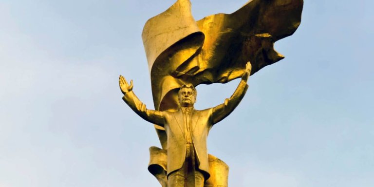 Estatua dorada del dictador megalómano Saparmurat Niyazof.
