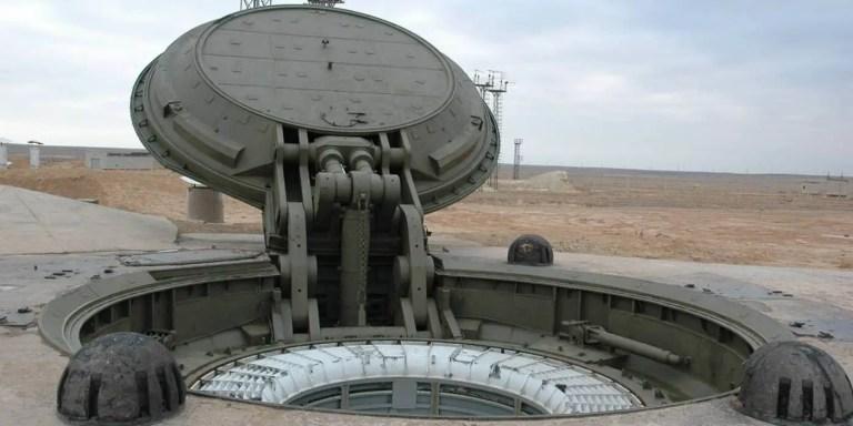 Compuerta principal de un silo misilístico soviético abierta.