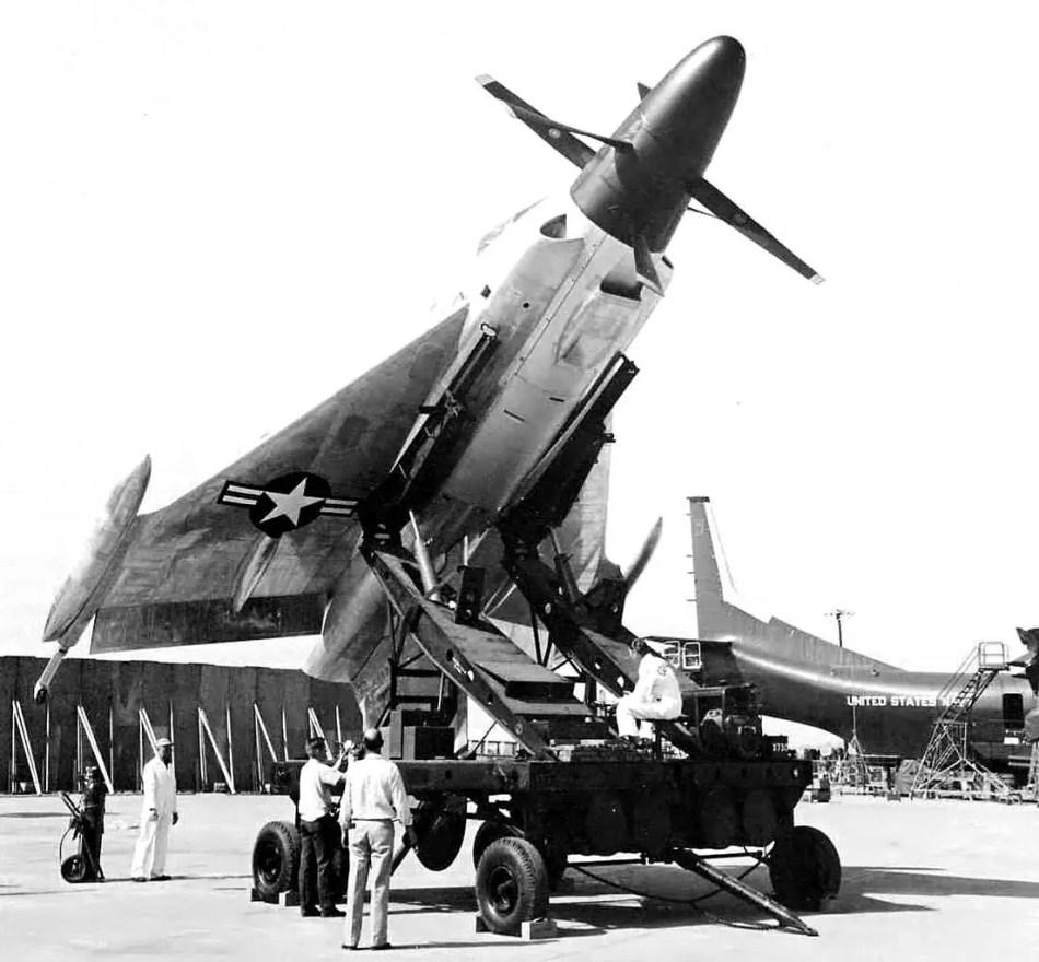El avión prototipo Pogo de la Convair en su plataforma de lanzamiento.