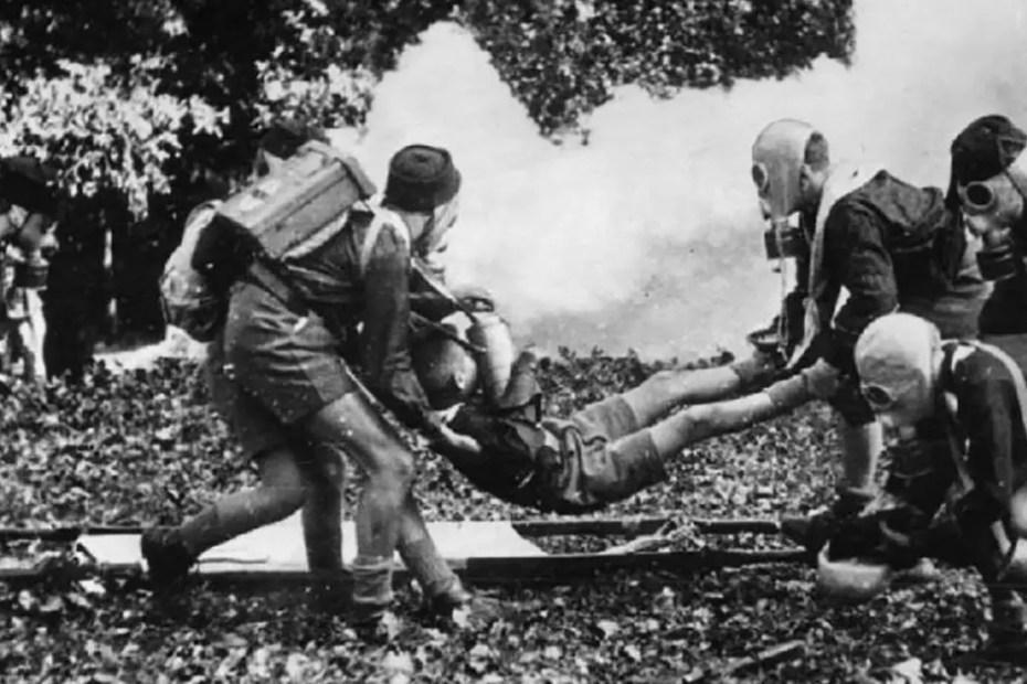 Jóvenes rescatistas ensayando un simulacro de rescate.