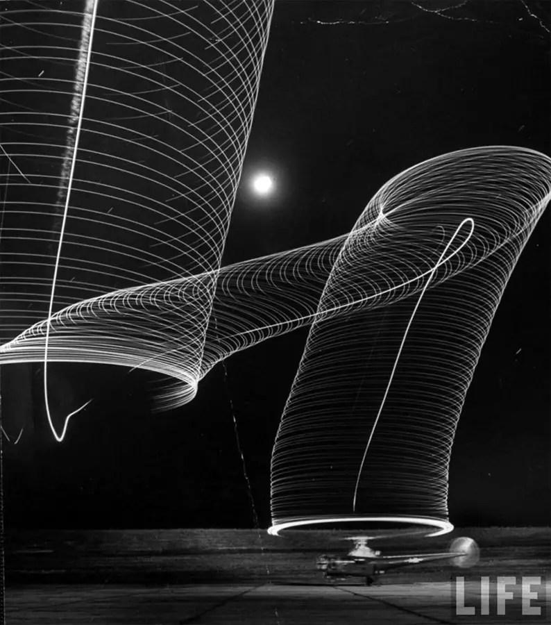 Fotografía tomada por Andreas Feininger en 1949 del patrón dejado por la hélice de un helicóptero.