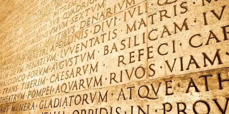 Inscripción en mármol en latín.