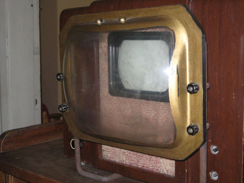 Los televisores soviéticos KVN-49 con lente de aumento.