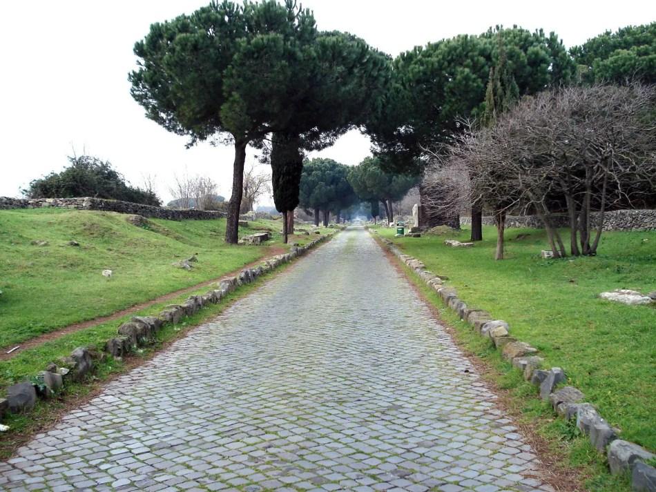 Remanentes de la Via Appia Antica, el camino más emblemático de los romanos.
