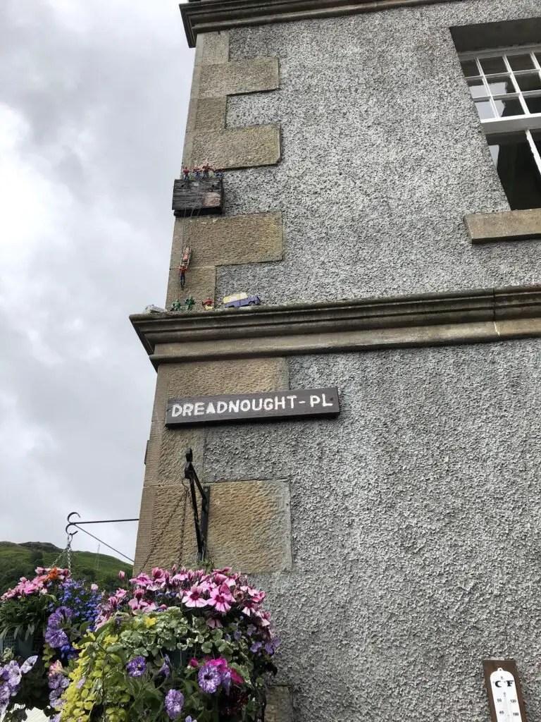 Rescate de montaña en una cornisa de un edificio escocés.