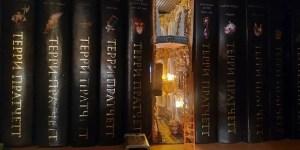 Minimundos dentro de una biblioteca. Diorama completamente escondido dentro de un libro.