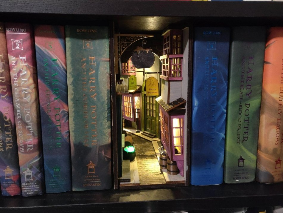 Callejón Diagon miniatura dentro de una biblioteca.