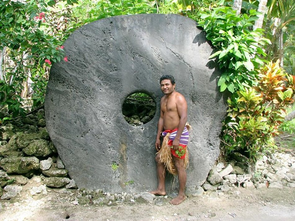 Isleño de Yap junto a una de sus rocas de Rai.
