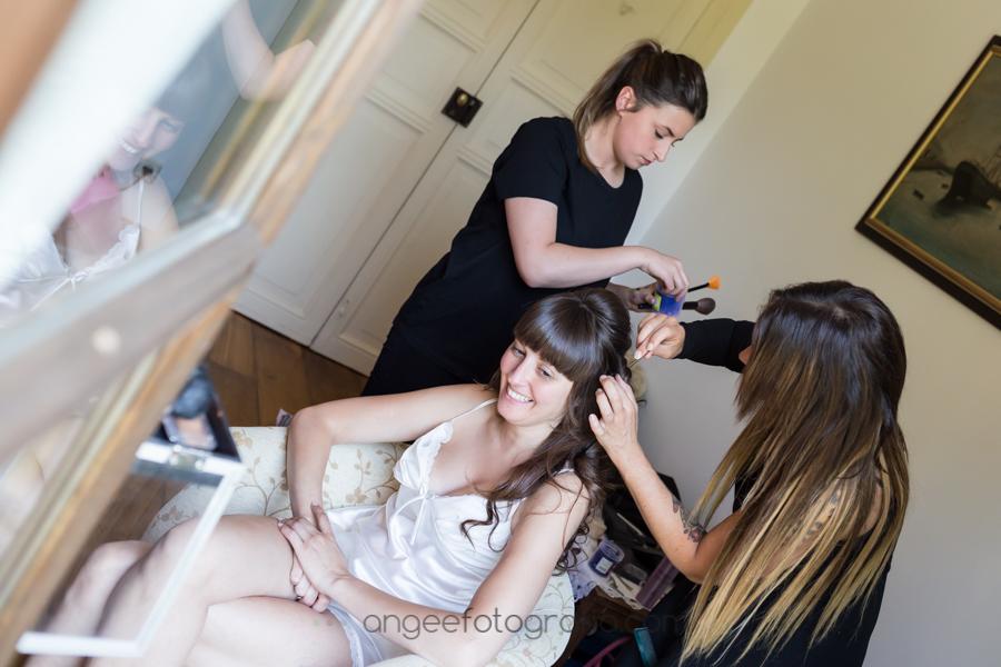 Preparación de la novia. Boda Consuelo y David, novia peinandose en la habitación. Angela Gonzalez Fotografía