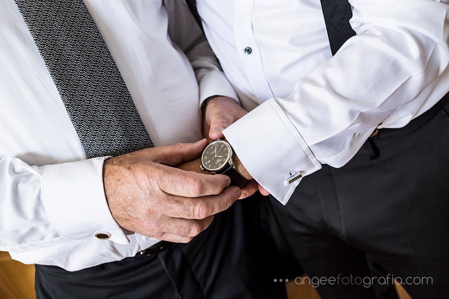 Preparativos del novio Reloj del novio Boda en Luarca Angela Gonzalez Fotografía